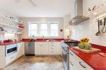 Белая кухня с красной столешницей фото
