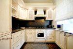 Светлые кухни с темными столешницами фото